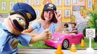 Araba oyunları. Polis komiser trafikte çevirme yapıyor.