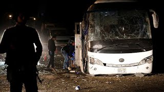 صور: قتيلان و12 مصاباً في انفجار استهدف حافلة سياحية في مصر…