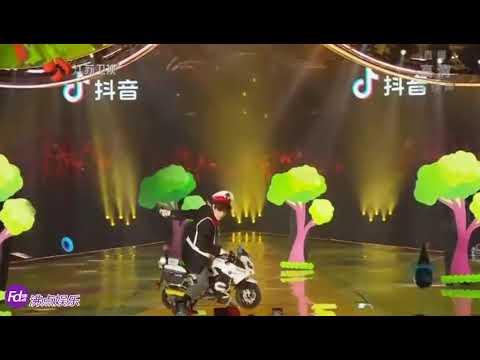 薛之谦动画片主题曲串烧换装秀 江苏卫视2020跨年演唱会