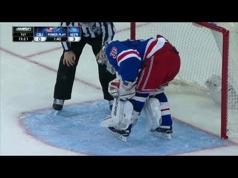 Lundqvist gets puck stuck in his pads