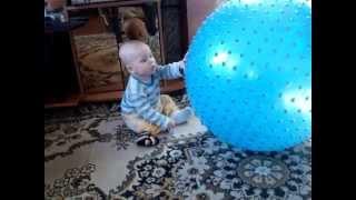 Как ребенок 8 месяцев играет с большим синим мячом(Ребенок 8 месячный играет с большим мячом. Мяч был куплен по совету врача-педиатра для гимнастики с малышом...., 2015-01-26T06:42:23.000Z)
