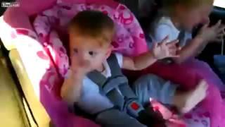 видео ребенок танцует в машине