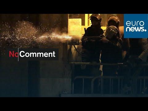 شاهد: استمرار الاشتباكات العنيفة بين المتظاهرين وقوات الأمن في بيروت…  - 20:59-2020 / 1 / 20