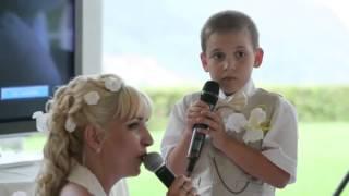 Дети поют.  Мама и сын поют вместе на свадьбе.