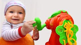 Маме помогаем - Детская песня | Песни для детей от Майи и Маши.