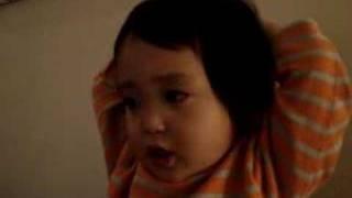 葉月(2歳7ヶ月)がどんぐりコロコロの歌をうたってます。