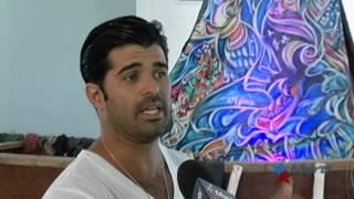 Artista cubanoamericano elige balsa con velas de colores como centro de su exhibición