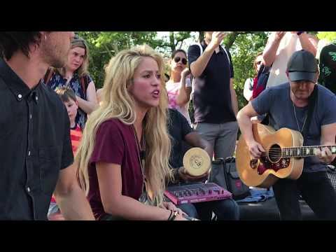 Shakira - Chantaje (Live in Washington Square Park / En Vivo en Washington Square Park)