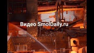 Момент обрушения пылающей фабрики Шарм в Смоленске