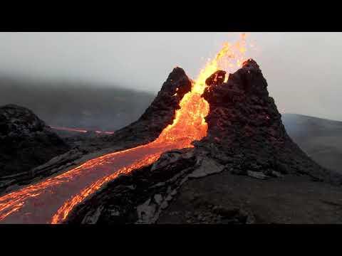 La spettacolare eruzione del vulcano Fagradalsfjall (Islanda) vista dal drone