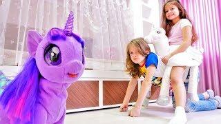 Selín es una princesa con Unicornio. Juguetes para niños. Vídeos de muñecas