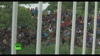 La caravana de migrantes filmada desde el lado mexicano de la frontera con Guatemala
