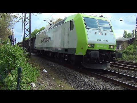Bahnübergang Schranken schließen | schnelle Züge Intercity Regionalexpress Güterzug und Ludmilla