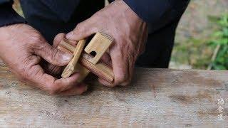 农村老爷爷好厉害,纯手工做了一把简易木制鲁班锁,这手艺真棒
