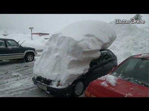 Schneemassen in Österreich - Blockierte Straßen und Wege