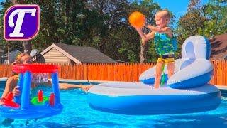 Максим открывает Супер Детский Надувной Баскетбольный Набор и Играет в Баскетбол в Бассейне