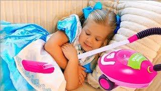 Diana juega con una aspiradora de juguete