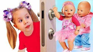 Diana e chorando bonecas Bebê nasce atrás da porta