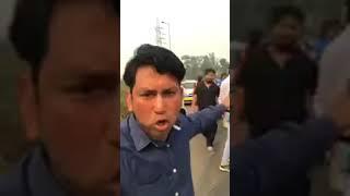 Delhi police ke javn rishwat late pakde to ra chalte ko pita