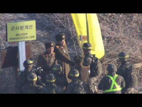 NO COMMENT: Soldados das Coreias passam a fronteira