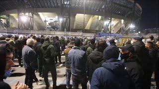 Maradona, centinaia di tifosi davanti al San Paolo e veglia davanti al murale di napoli est