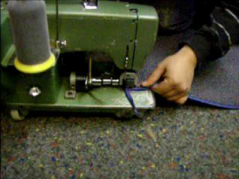 Teppich ketteln  Bodenleger beim ketteln/einfassen eines Teppichstückes !! - YouTube