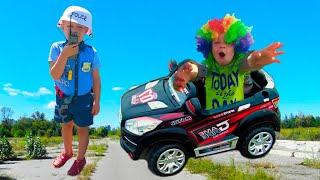 Мальчик играет в профессию Полицейского и ловит Преступника