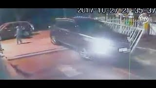 Joven conductor arrasó con portón de edificio para evitar asalto - CHV Noticias