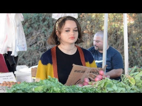 joey-king-of-'the-act'-shops-for-fresh-produce-at-the-farmer's-market