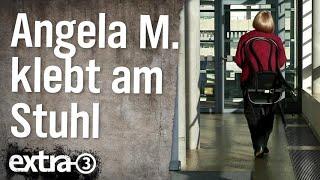 Angela M. klebt am Stuhl