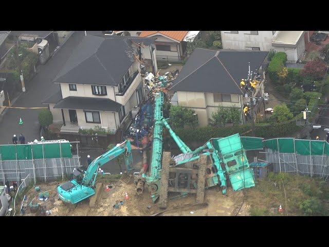 重機が倒れ住宅直撃、運転の男性けが 大阪の工事現場