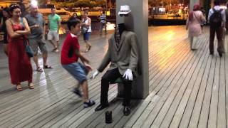 Funny video: The man with no face no head in Barcelona. Headless Man. Super PRANK !!