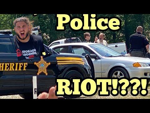 Crazy: Police At A Flea Market ?!