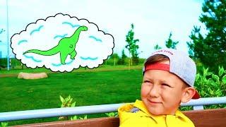 عثر سينيا في الملعب على بيضة الديناصور. قصص للاطفال