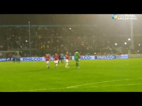 El gol de Andrés Chávez a Victoriano Arenas