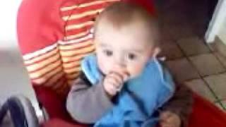 Hugo mange  son croissant