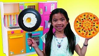 엠마는엄청나게귀여운주방과푸드트럭장난감으로요리놀이를합니다…