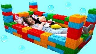 ELİF ÖYKÜ'YE  RENKLİ LEGOLARDAN YATAK YAPTIK -  Elif Öykü made a Toy cute Bed Fun Kid Video