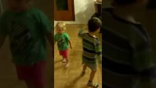 Дед играет внукам на гармошке, а дети танцуют