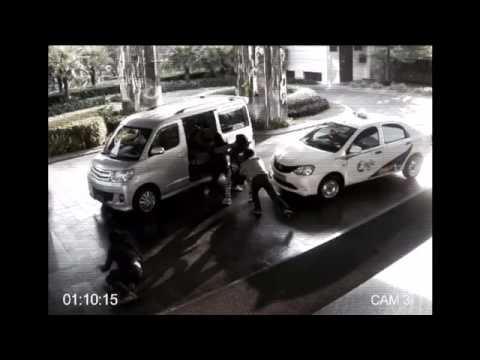 CCTV - Seorang cewek bekuk kawanan penjambret sendirian!!! thumbnail