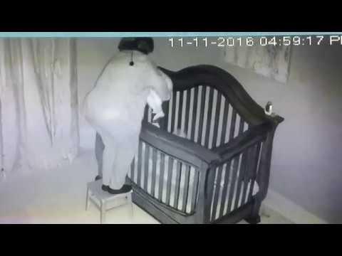 Неуклюжая бабушка упала в кроватку малыша