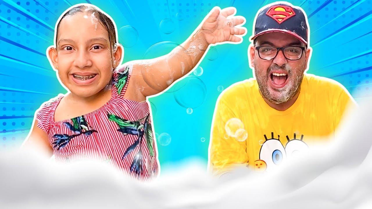Maria Clara e Papai se divertem com uma festa de espuma - MC Divertida