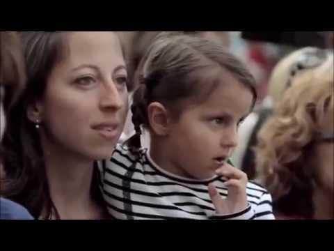 Ein kleines Mädchen gibt ein paar Münzen einem Straßen-Musikanten, was dann passiert überrascht alle