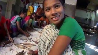 IHL315. Индийский хлеб чапати на кухне ашрама Шантикундж. Индия. Харидвар.