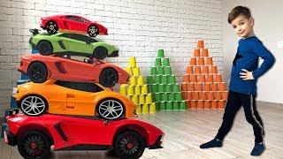 Машинки ламборгини сбивают большие пирамиды из стаканчиков. Видео для детей.