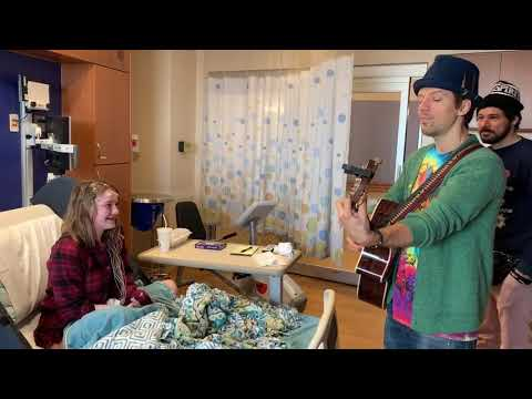 Jason Mraz sings to Taylor at Children's Hospital of Wisconsin