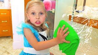 Девочка помогает маме по дому и делает уборку с игрушками / Сказки для Евы fairy tales