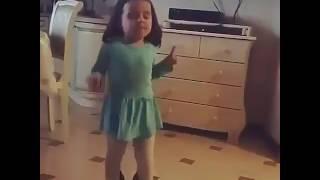 Девочка танцует под песню остановите Вите надо выйти