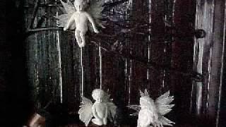 人は悪魔と天使を共有している。 あなたの中にいる天使のささやきに耳を...