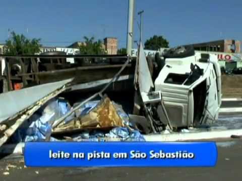 Caminhão que transportava leite capota em São Sebastião, no DF